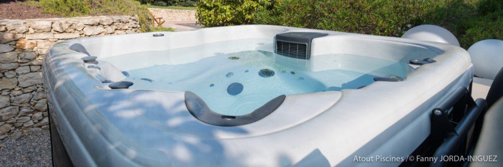 Les bienfaits de l'hydrothérapie à domicile. Spa à l'extérieur avec lève couverture.